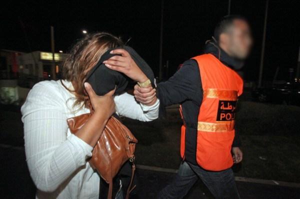 صورة توقيف سيدة للاشتباه في تورطها في قضية تتعلق بحيازة وترويج المخدرات والمؤثرات العقلية