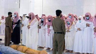 صورة الرئيس العام وكبار العلماء وأئمة ومدرسو الحرم المكي الشريف يؤدون صلاة الميت على فقيد الحرم الشيخ العجلان