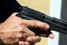 صورة مقدم شرطة يضطر لاستعمال سلاحه الوظيفي لتوقيف سائق سيارة عرض حياة المواطنين وعناصر الشرطة للخطر