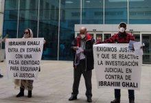 """صورة ضحايا الأعمال الإجرامية لـ """"البوليساريو"""" يتظاهرون أمام المستشفى الذي أدخل إليه المدعو إبراهيم غالي"""