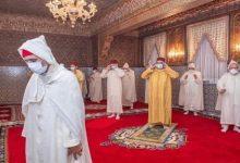 صورة أمير المؤمنين صاحب الجلالة الملك محمد السادس يؤدي صلاة عيد الفطر المبارك