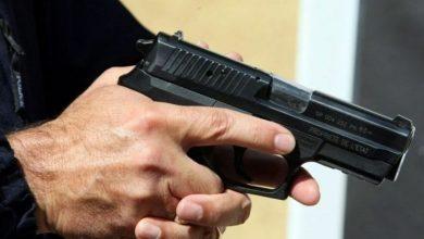 صورة موظف شرطة يضطر لاستخدام مسدسه لتحييد الخطر الصادر عن مجرم مسلح