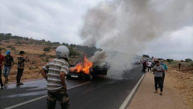 صورة حريق مهول يلتهم سيارة فاخرة بضواحي بني ملال